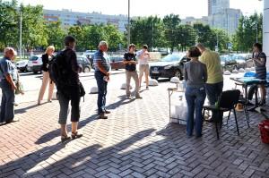 За несколько дней до презентации «Неогардом» была обработана площадь перед торговым комплексом.