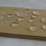 Капли воды на поверхности фанеры, гидрофобизированной составом НЕОГАРД-Дерево 40
