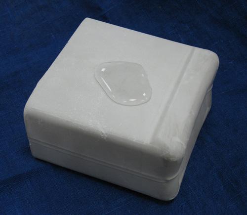 Вода, попавшая на поверхность гипсового блока, изготовленного с применением гидрофобизирующей добавки