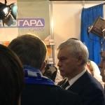 Губернатор Санкт-Петербурга Георгий Полтавченко осматривает стенд Невского района.